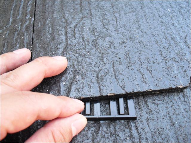 屋根塗装の縁切り(タスペーサーの挿入)